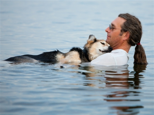Hannah Stonehouse Hudson / Stonehouse PhotographyJohn Unger and his dog Schoep float anywhere from 10 minutes to an hour, depending on the temperature of the water and how Schoep is feeling.Courtesy MSN.com